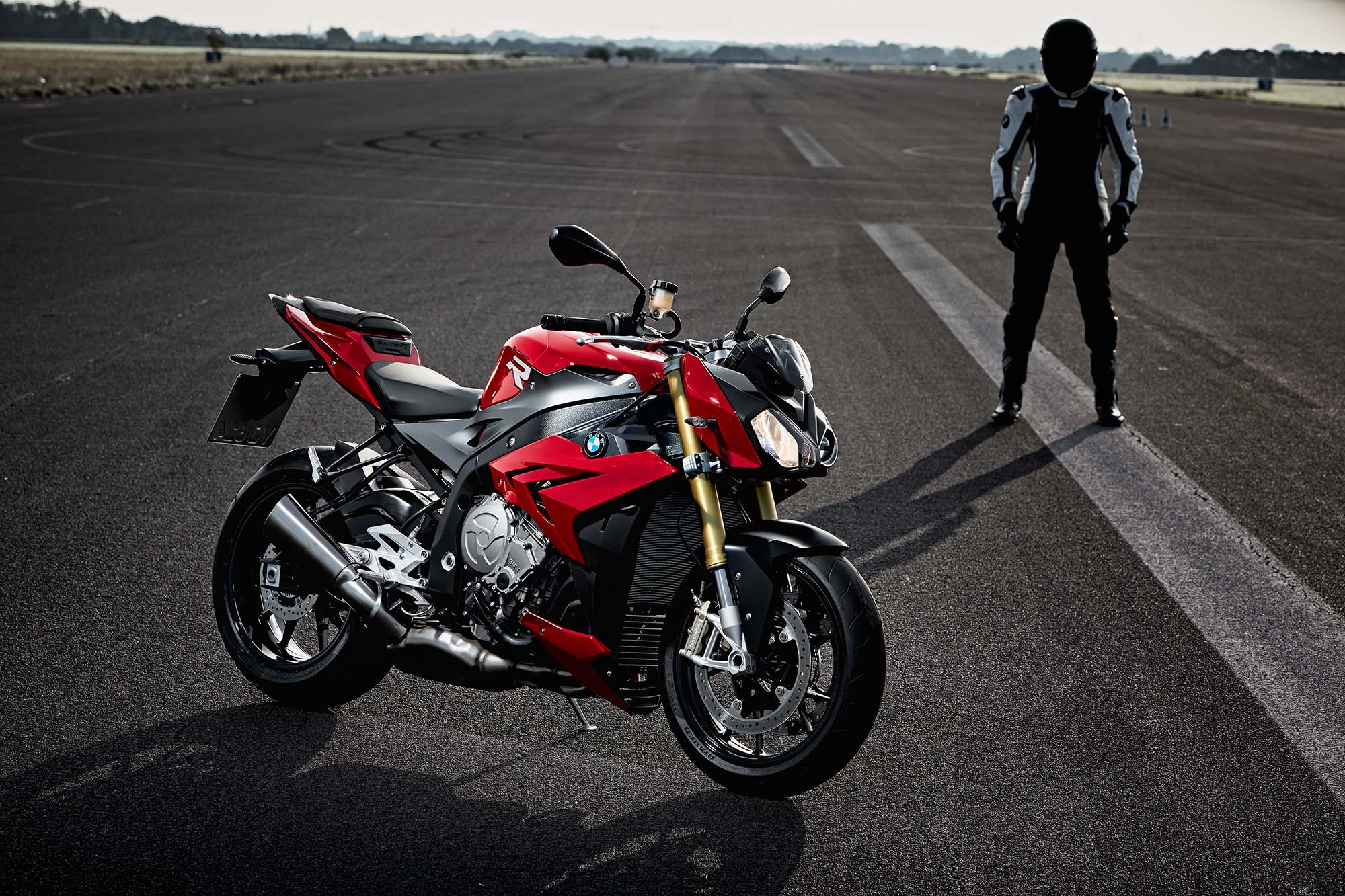 http://www.asphaltandrubber.com/wp-content/gallery/2014-bmw-s1000r/2014-bmw-s1000r-action-74.jpg