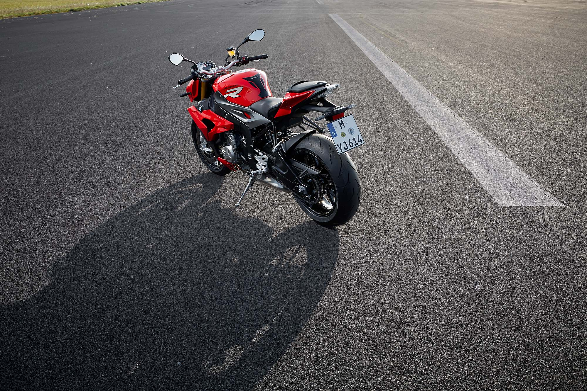 http://www.asphaltandrubber.com/wp-content/gallery/2014-bmw-s1000r/2014-bmw-s1000r-action-79.jpg