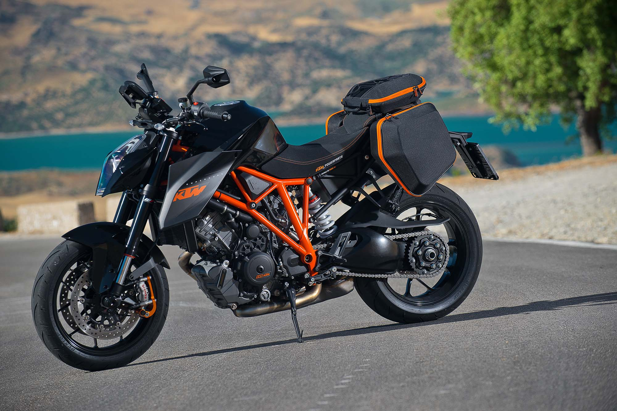 video the genesis of the ktm 1290 super duke r asphalt rubber. Black Bedroom Furniture Sets. Home Design Ideas