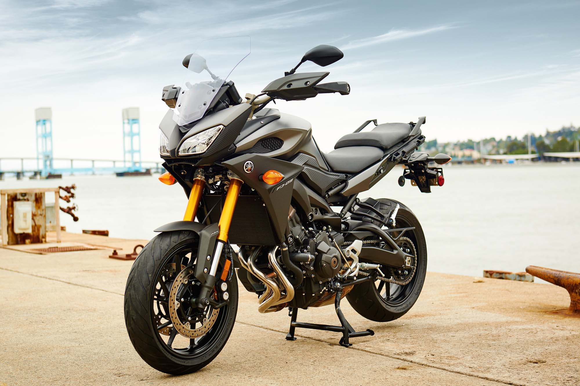 2015 yamaha fj 09 three cylinders of budget touring asphalt rubber. Black Bedroom Furniture Sets. Home Design Ideas