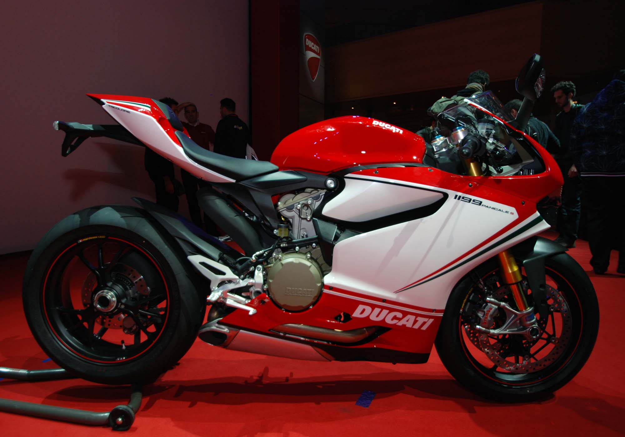 up close with the ducati 1199 panigale s tricolore asphalt rubber. Black Bedroom Furniture Sets. Home Design Ideas