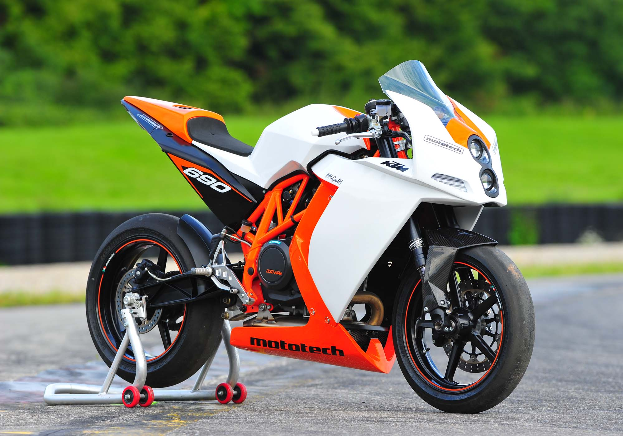 ktm rc4 690r supermono by mototech asphalt rubber. Black Bedroom Furniture Sets. Home Design Ideas