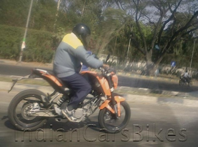 2011 KTM Duke 200 Spotted Again 2011 KTM 200 Duke spy photo test ride 635x471