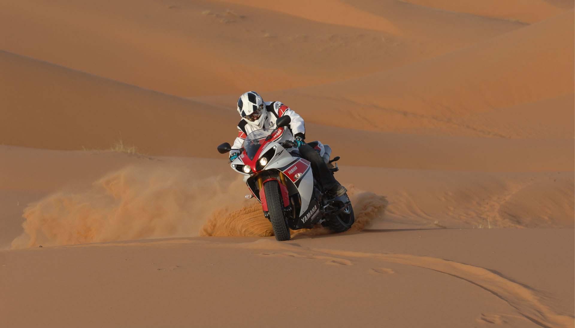YAMAHA  R1  sobre nieve. Yamaha-YZF-R1-sand-dunes-08
