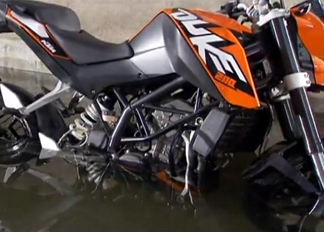 Can the KTM 200 Duke Ride Thru Knee High Water? KTM 200 Duke water test