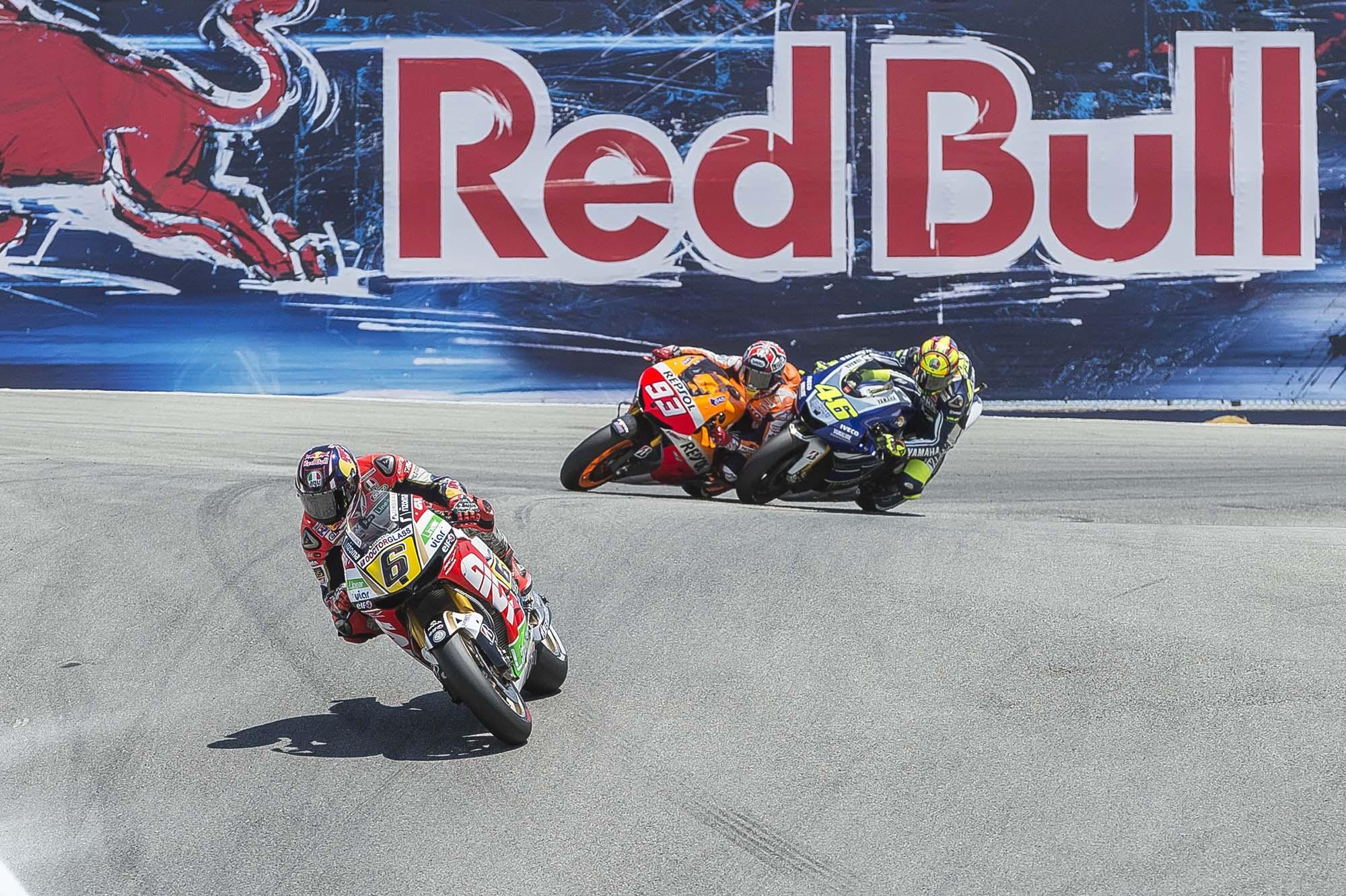 GP Laguna Seca - Page 3 Marc-Marquez-Valentino-Rossi-Laguna-Seca-Corkscrew-Pass-Kevin-Warren-1
