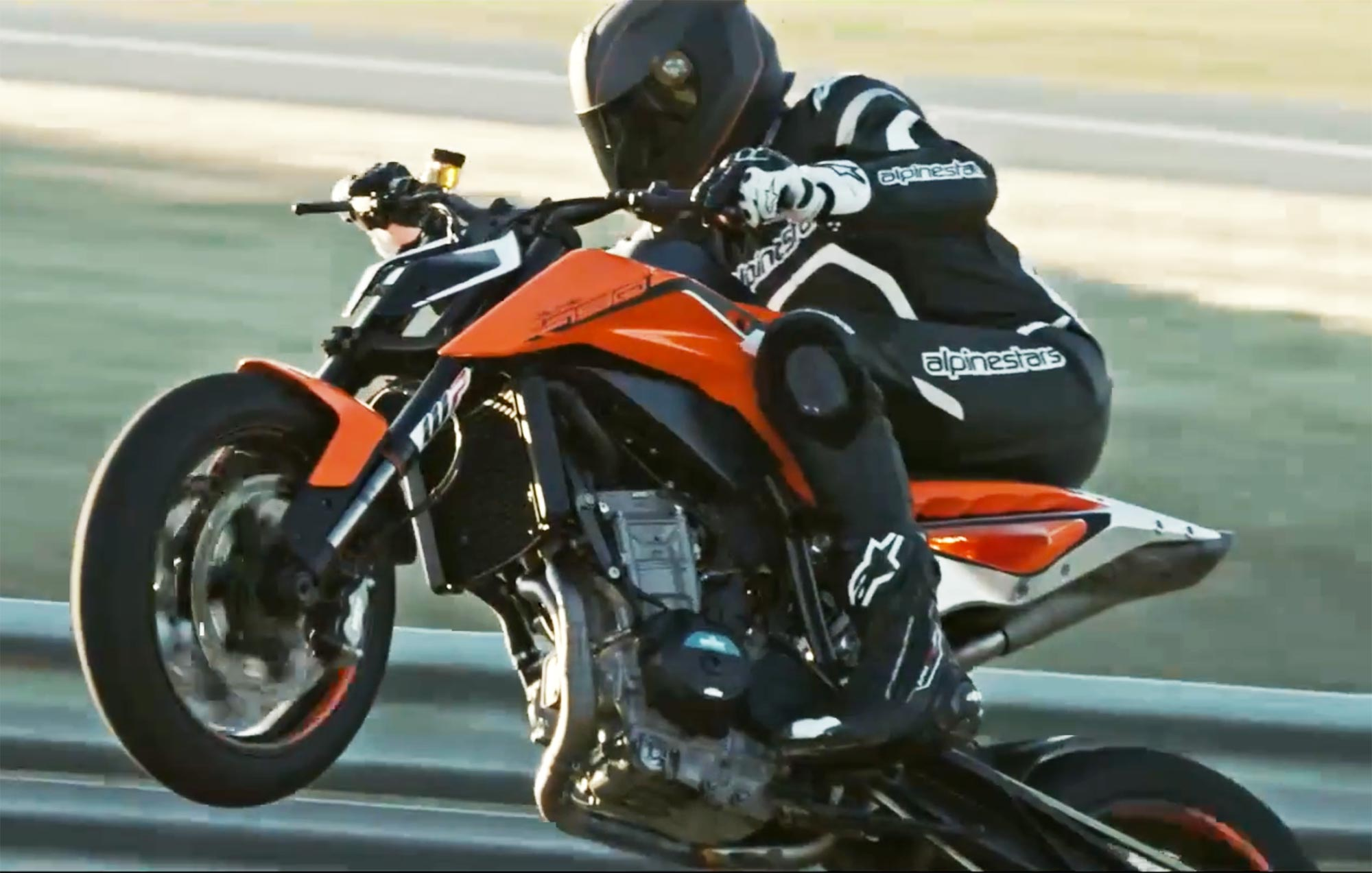 watch the ktm 790 duke do the rippin 39 the tearin 39. Black Bedroom Furniture Sets. Home Design Ideas