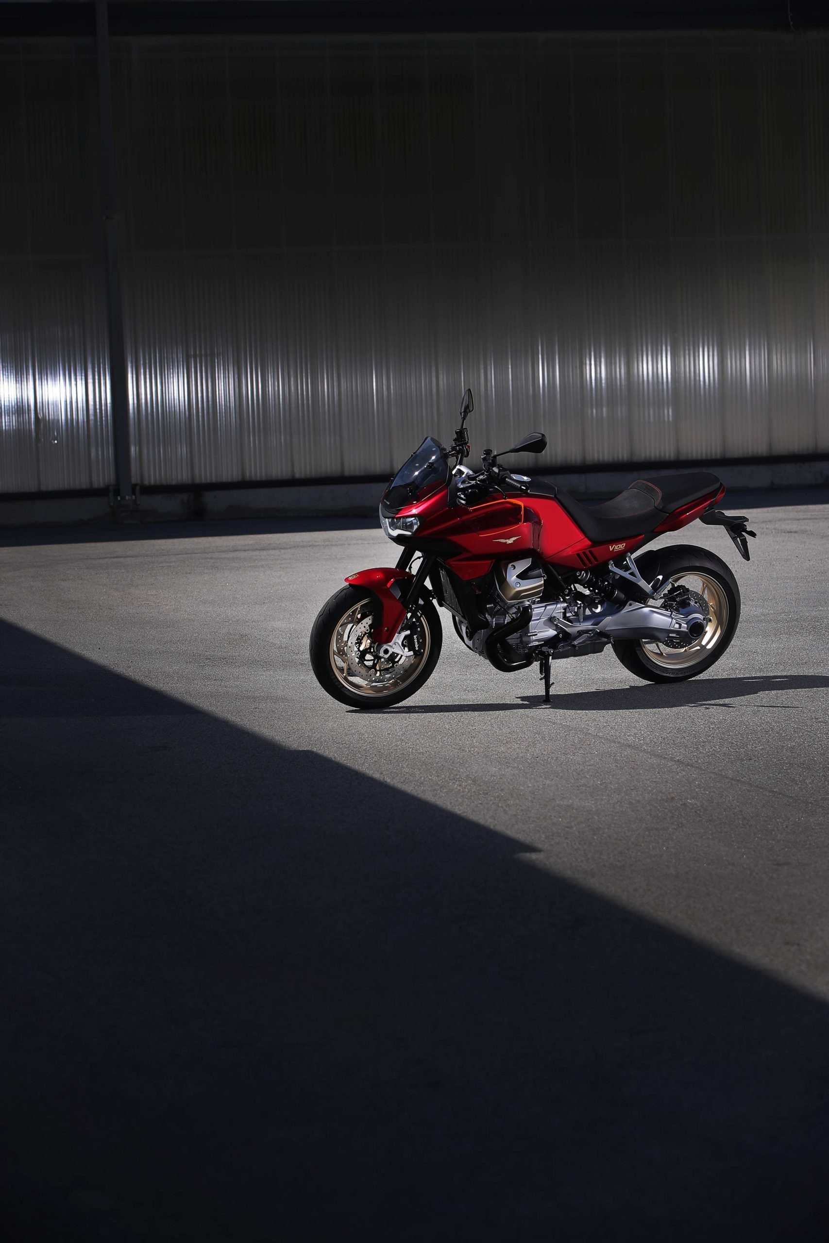2022-Moto-Guzzi-V100-Mandello-06